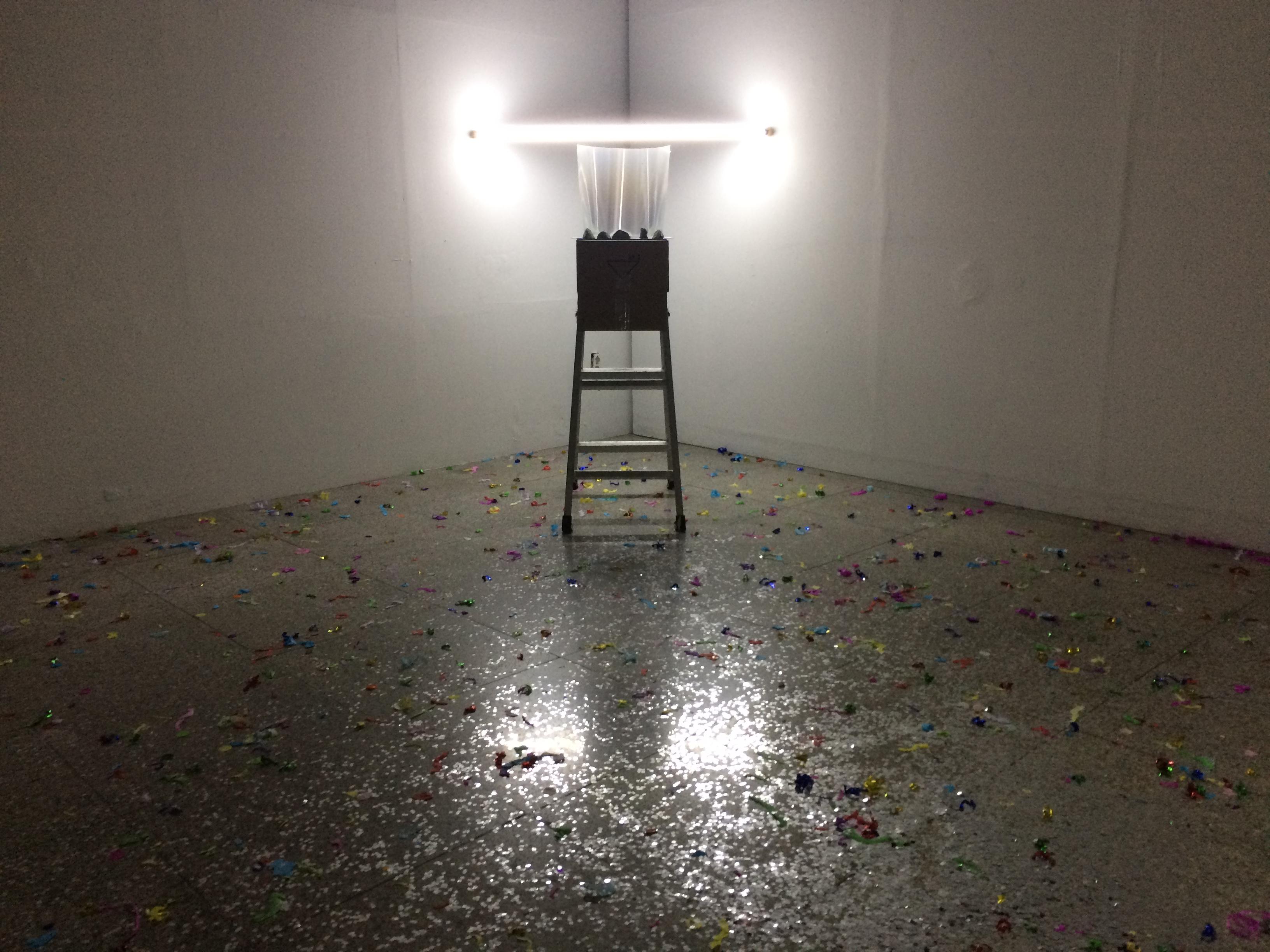무지개가 뜨는 자리_어른을 위한, 2018, 아크릴, 분광필름, 유토, LED 형광등, 가변설치